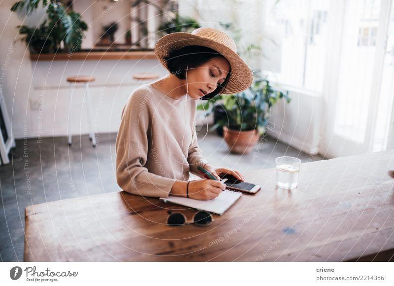 Junger asiatischer Erwachsener, der Ideen im Notizbuch notiert Frau Mensch Jugendliche Sommer Lifestyle feminin Business Arbeit & Erwerbstätigkeit Musik