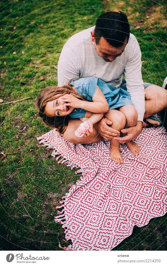 Kleines Mädchen, das Spaß im Park mit ihrem Vati hat Kind Mann Freude Erwachsene Essen Lifestyle Wiese Gras lachen Familie & Verwandtschaft Glück Garten