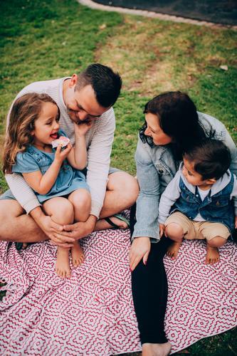 Junge Familie, die Qualitätszeit an hat, parken zusammen Kind Frau Natur Ferien & Urlaub & Reisen Mann Erholung Freude Erwachsene Lifestyle Liebe Wiese Gras