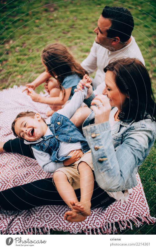 Familie mit Kindern, die Spaß am Picknick im Park haben Lifestyle Freude Glück Spielen Kindererziehung Mensch Kleinkind Frau Erwachsene Eltern Mutter