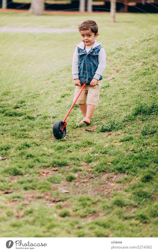 Kleiner Kleinkindjunge, der im Garten mit Spielzeug spielt Kind Mensch Mann Freude Erwachsene Lifestyle Wiese Gras Junge Glück Spielen Freizeit & Hobby Park
