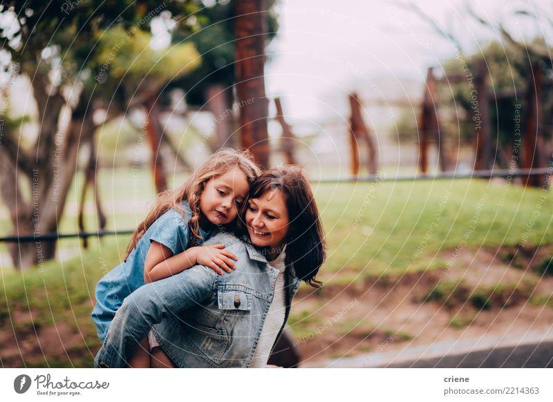 Mutter und Tochter, die im Park sich umarmen Kind Frau Mensch Freude Mädchen Erwachsene Lifestyle Liebe Gefühle feminin Familie & Verwandtschaft klein Glück