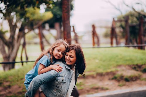 Mutter und Tochter, die im Park sich umarmen Lifestyle Freude Glück Kindererziehung Mensch feminin Mädchen Frau Erwachsene Eltern Familie & Verwandtschaft 2