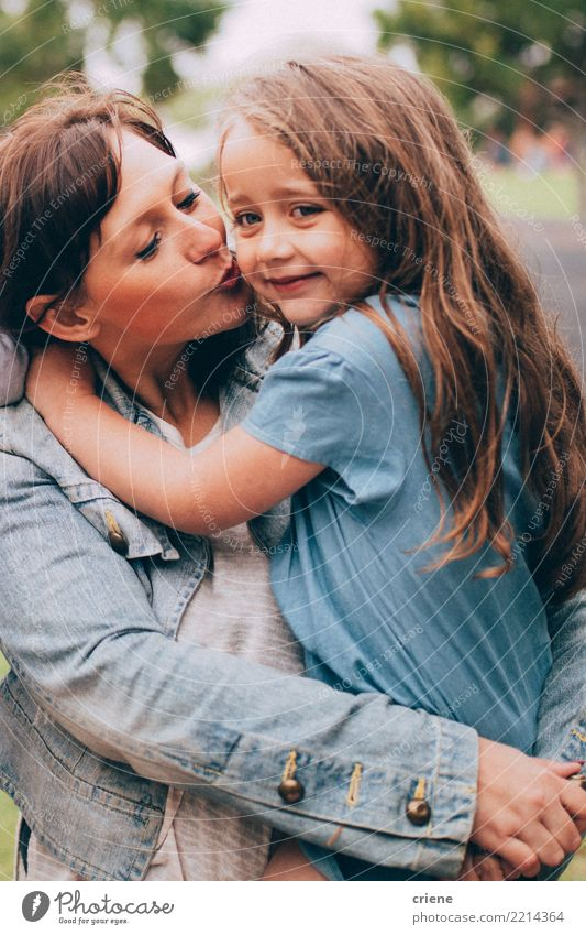Mutter, die der netten kleinen Tochter einen Kuss auf der Backe gibt Lifestyle Freude Glück Freizeit & Hobby Kindererziehung Mensch feminin Mädchen Frau