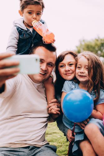 Glückliche kaukasische Familie, die zusammen selfie mit Telefon nimmt Kind Frau Mensch Mann Freude Mädchen Erwachsene Lifestyle Liebe lachen