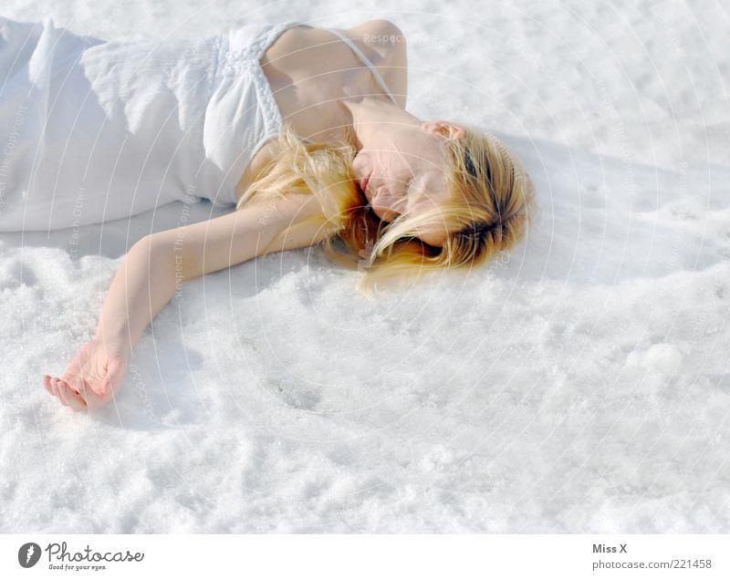 Schneeleiche Mensch feminin Junge Frau Jugendliche 1 18-30 Jahre Erwachsene Winter Eis Frost Kleid liegen blond kalt Tod schlafen Müdigkeit frieren bleich