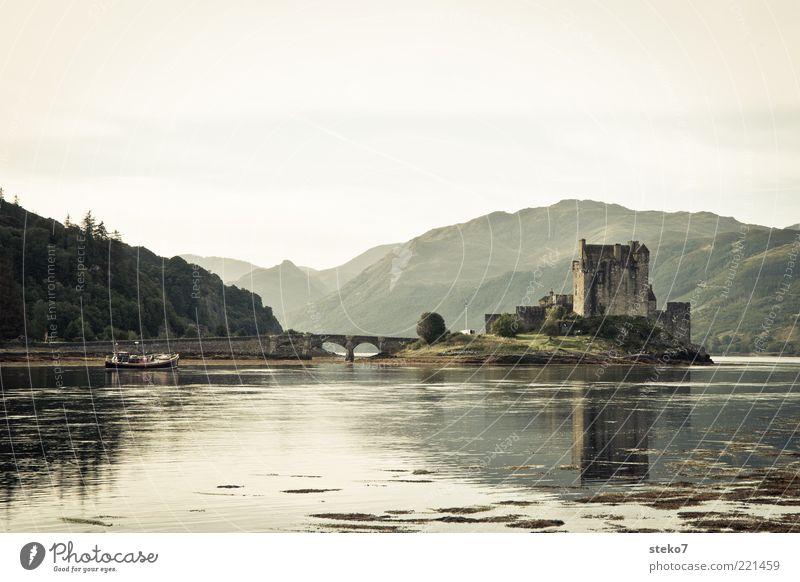 homedelivery ruhig Ferne Berge u. Gebirge Brücke Insel Idylle Ruine Seeufer Wasserfahrzeug Sehenswürdigkeit Schottland Umwelt Fischerboot Mittelalter
