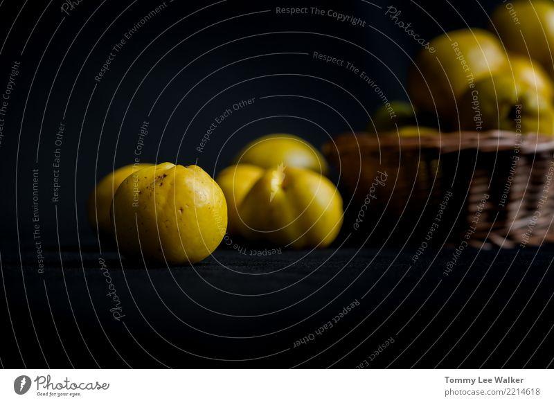 Einheimische Quitte Natur Farbe gelb Herbst Menschengruppe Frucht Ernährung frisch Tisch Jahreszeiten Ernte Dessert Vegetarische Ernährung Vitamin Tischwäsche