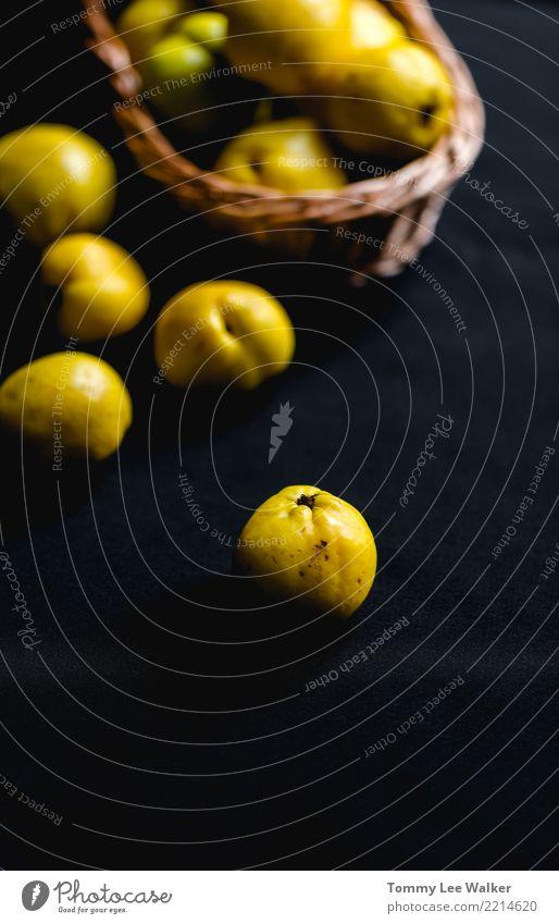 Herbstzeit mit Quitte Natur Farbe gelb Menschengruppe Frucht Ernährung frisch Tisch Jahreszeiten Ernte Dessert Vegetarische Ernährung Vitamin Tischwäsche saftig