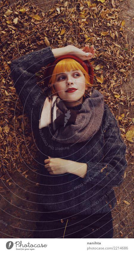 Junge Rothaarigefrau an einem Herbsttag Lifestyle elegant Stil schön Mensch feminin Junge Frau Jugendliche 1 13-18 Jahre Blatt Mode Bekleidung Pullover Schal