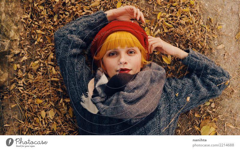Mensch Natur Jugendliche Junge Frau schön Erholung Blatt Freude 18-30 Jahre Gesicht Erwachsene Umwelt Lifestyle Herbst feminin Stil