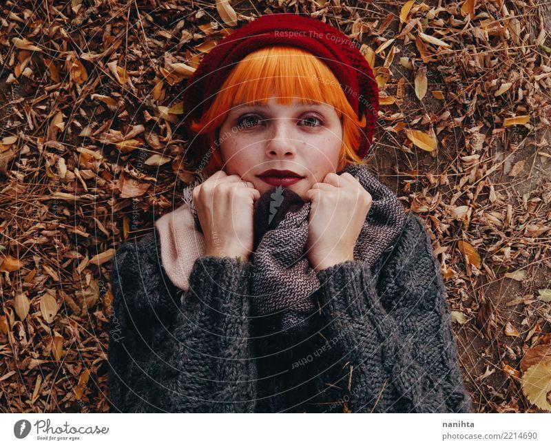 Schöne und Rothaarigefrau an einem Herbsttag Lifestyle Stil schön Gesicht Mensch feminin Junge Frau Jugendliche 1 18-30 Jahre Erwachsene Natur Blatt Pullover