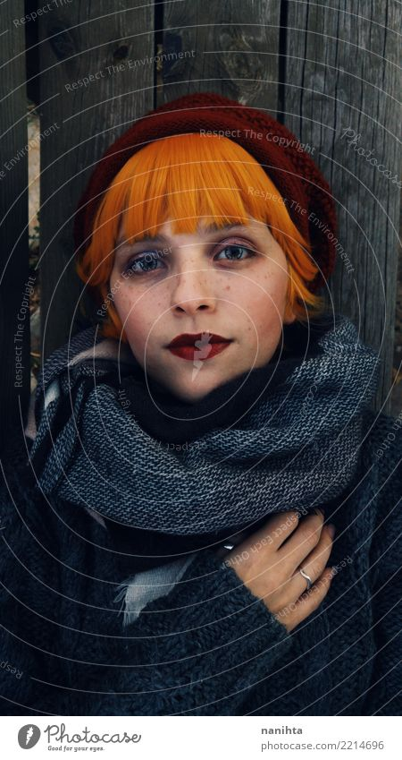 Mensch Jugendliche Junge Frau schön grün Winter 18-30 Jahre Gesicht Erwachsene kalt Herbst feminin Stil Holz Haare & Frisuren grau