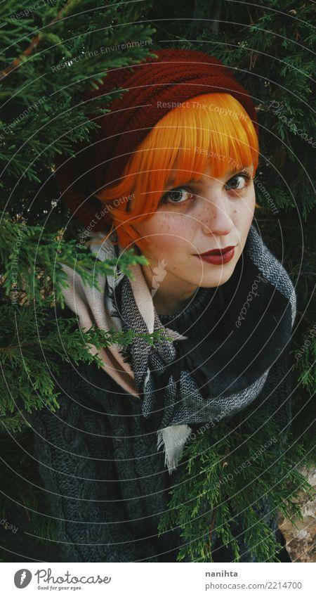 Junge Rothaarigefrau rundete durch Bäume Mensch Natur Jugendliche Junge Frau schön Baum Freude Winter 18-30 Jahre Erwachsene Wärme Leben Lifestyle Herbst kalt