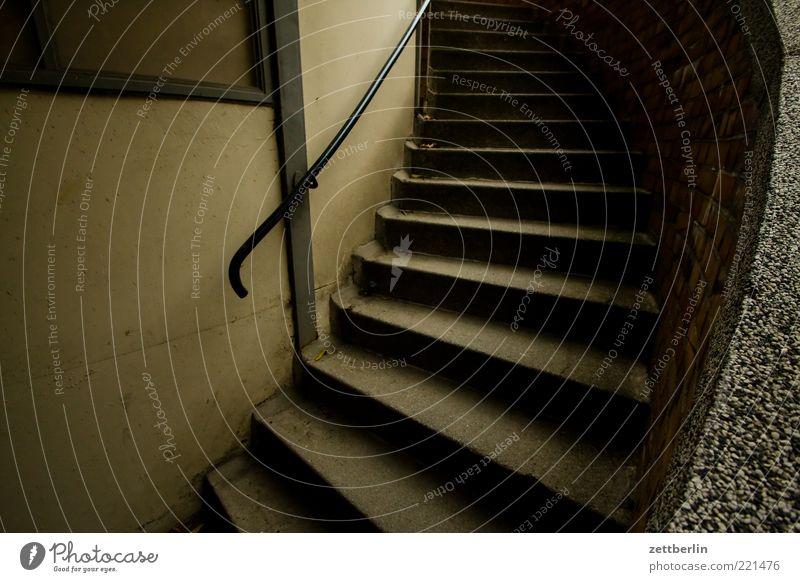 Treppe Menschenleer Bauwerk Gebäude Architektur dunkel Traurigkeit Oktober wallroth Keller Geländer Treppengeländer Farbfoto Außenaufnahme Detailaufnahme