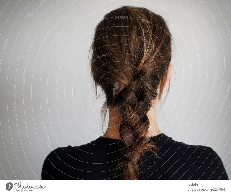 geflochten Mensch feminin 1 brünett schwarz Zopf Farbfoto Gedeckte Farben Innenaufnahme Studioaufnahme Textfreiraum links Tag Licht Rückansicht Wegsehen