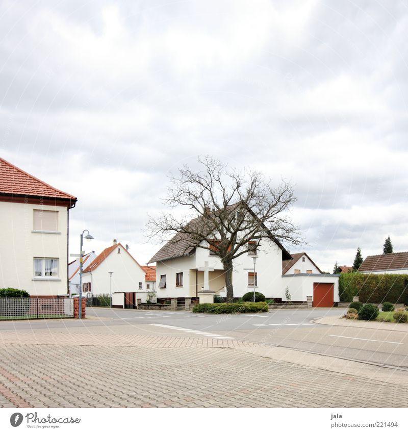 ortschaft Himmel Baum Pflanze Haus Straße Herbst Wege & Pfade Gebäude Architektur Platz trist Sträucher Sauberkeit Dorf Bauwerk
