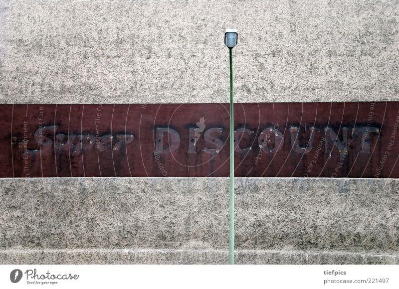super. discount. alt Wand Mauer dreckig Fassade Beton Armut ästhetisch Schriftzeichen trist retro Ladengeschäft schäbig Straßenbeleuchtung Siebziger Jahre