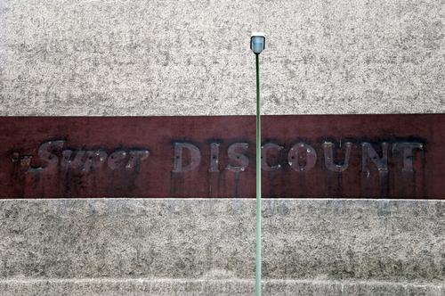 super. discount. Mauer Wand Fassade alt dreckig retro Armut ästhetisch trist Neukölln Straßenbeleuchtung Prima Supermarkt Billig schäbig Konsum Ladengeschäft
