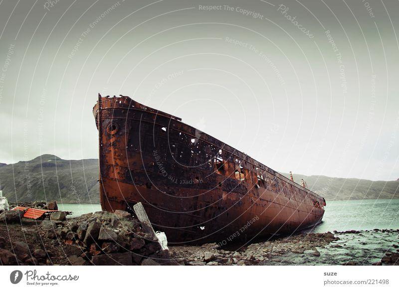 Wrack alt Wasser Meer Einsamkeit dunkel Reisefotografie Küste Stein außergewöhnlich Wasserfahrzeug dreckig fantastisch kaputt Vergänglichkeit Seeufer Bucht
