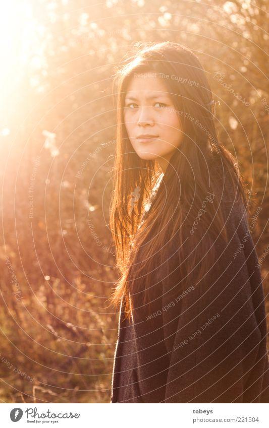 Herbstrascheln I Natur Jugendliche schön Ferne feminin Herbst Freiheit Landschaft Gefühle Erwachsene Stil Ausflug retro Jacke Schönes Wetter