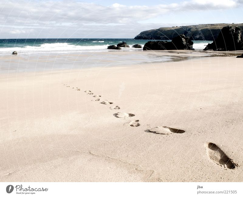 Spuren im Sand {N2} Mensch Natur Wasser Meer Sommer Strand Einsamkeit Ferne Erholung Freiheit Stein Sand Zufriedenheit Küste Wellen gehen