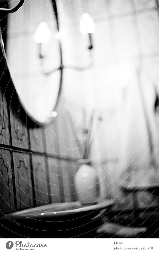 Spieglein, Spieglein ... Spiegel Bad kalt geisterhaft geheimnisvoll Fliesen u. Kacheln hell Kontrast Ablage Lampe leuchten Textfreiraum rechts Vase