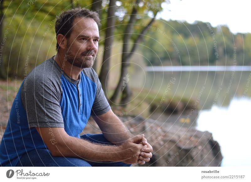 Gelassenheit Mensch Mann Baum ruhig Wald Erwachsene natürlich See Denken Freizeit & Hobby Zufriedenheit Park nachdenklich sitzen 45-60 Jahre Sträucher