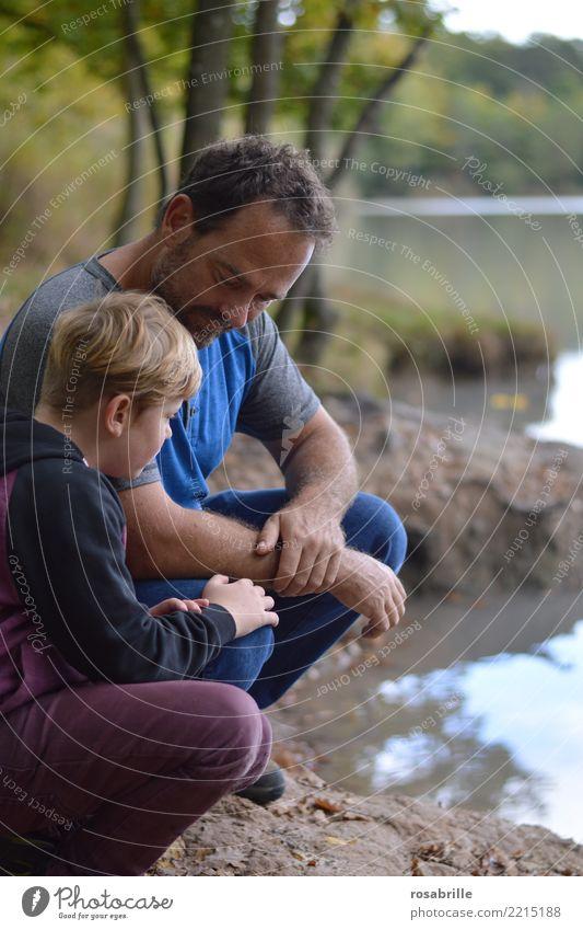 Vater und Sohn am See im Männergespräch Kind Mensch Mann Erwachsene Leben sprechen Familie & Verwandtschaft Junge Zusammensein Ausflug Freizeit & Hobby maskulin