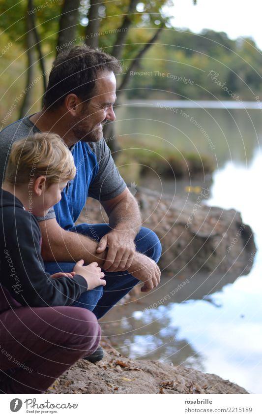 Vater und Sohn hocken in ihrer Freizeit an einem Seeufer und haben Spaß Freizeit & Hobby Mensch maskulin Kind Junge Mann Erwachsene Eltern
