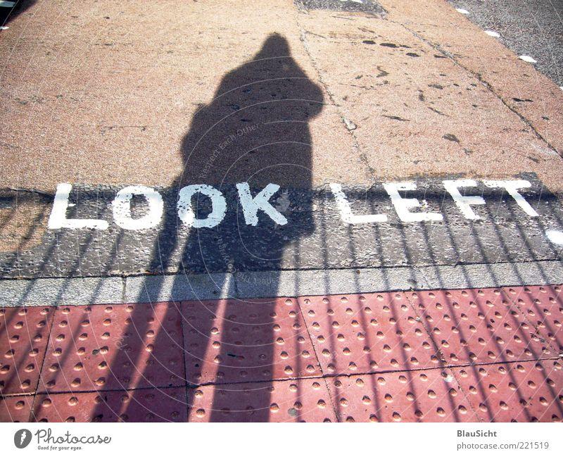 Überquerung... Mensch Straße Schriftzeichen Bodenbelag Asphalt Teer Fußgängerübergang Blockschrift