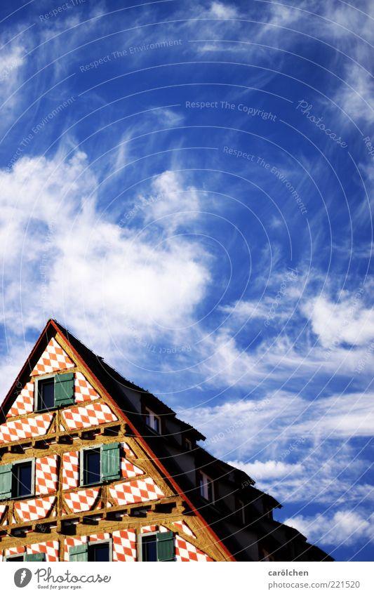 Schräge Sache (LT Ulm 14.11.10) Altstadt Menschenleer blau rot Himmel Altbau Fachwerkfassade Fachwerkhaus Dach Dachspitze Farbfoto mehrfarbig