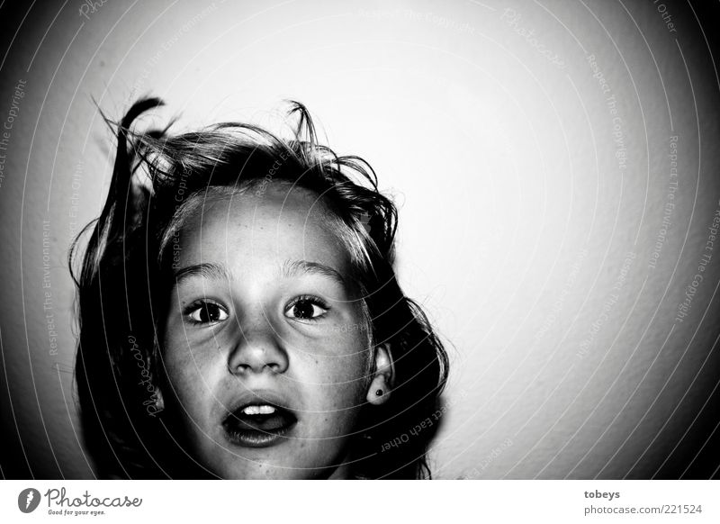 E.T. Kind Mädchen Kindheit Jugendliche 8-13 Jahre Überraschung träumen Angst schlafen erstaunt bedrohlich Haus Schwarzweißfoto Innenaufnahme Nacht
