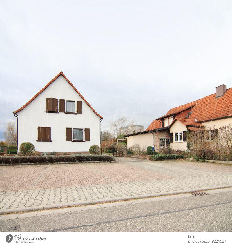 nachbarn Himmel Baum Pflanze Haus Straße Architektur Garten Gebäude Platz trist Sträucher Bauwerk Asphalt Dorf Kopfsteinpflaster