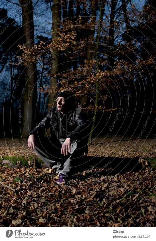 orientierungslos Stil Mensch maskulin Junger Mann Jugendliche 18-30 Jahre Erwachsene Umwelt Natur Landschaft Herbst Wald Jacke Leder Stirnband Erholung sitzen