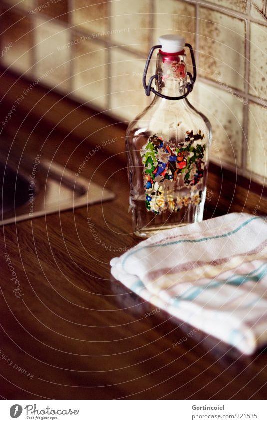 Klosterfraus Melissengeist Flasche braun Küchenhandtücher Küchenspüle Alkohol Fliesen u. Kacheln Hausmittel Farbfoto Innenaufnahme Nahaufnahme