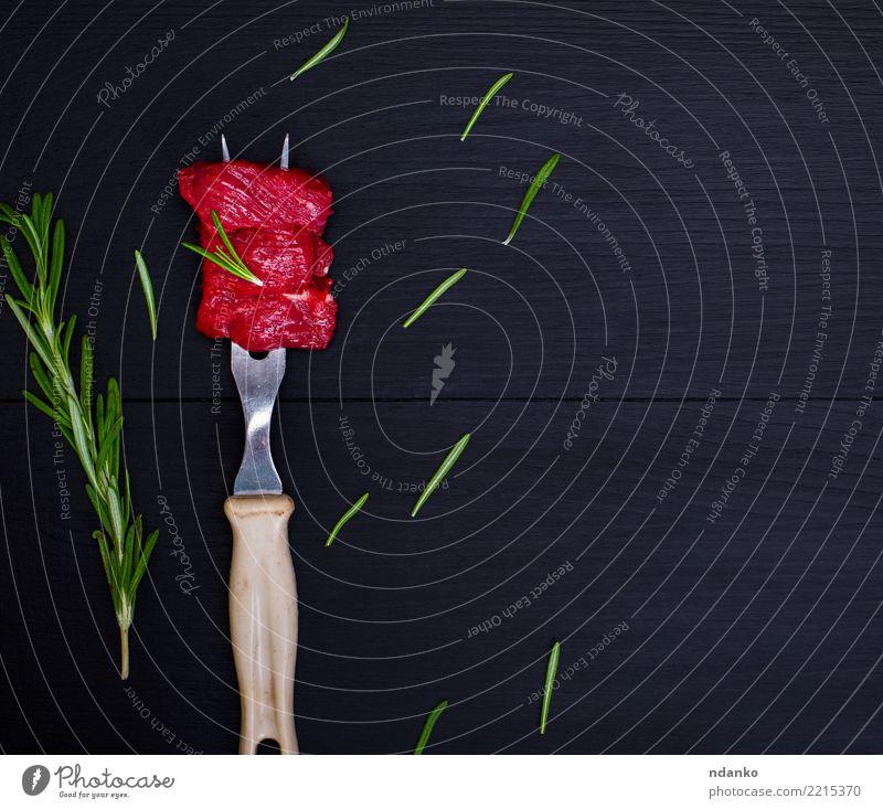 Stücke rohes Rindfleisch auf Küchengabel grün rot schwarz natürlich Holz frisch Tisch Kräuter & Gewürze Fleisch Abendessen Mahlzeit Blut geschnitten rustikal