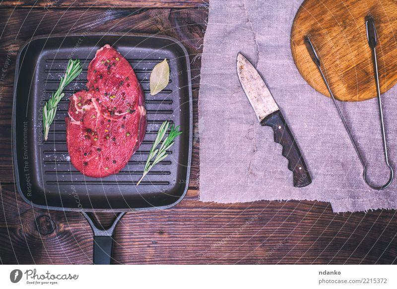 rohes Rindfleisch mit Gewürzen Lebensmittel Fleisch Kräuter & Gewürze Abendessen Pfanne Messer Tisch Holz Essen frisch oben rot schwarz Mahlzeit hacken