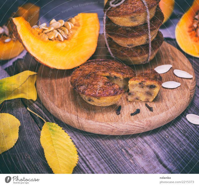 Backmuffins von einem Kürbis Blatt Essen gelb Herbst Holz frisch Tisch Küche Gemüse Süßwaren Frühstück Tradition Dessert Brot Backwaren Abendessen