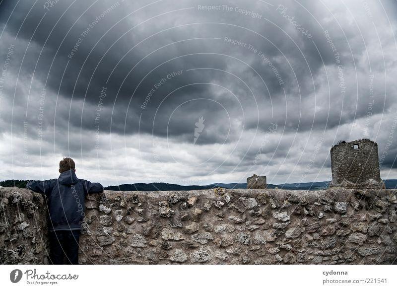 Aussicht Lifestyle Ausflug Abenteuer Ferne Freiheit Sightseeing Mensch Junger Mann Jugendliche Umwelt Landschaft Wolken schlechtes Wetter Ruine Turm Mauer Wand