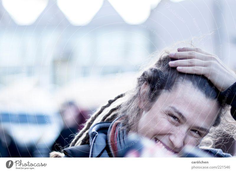a little shy (LT Ulm 14.11.10) Mensch Hand Jugendliche blau feminin lachen Erwachsene offen Freundlichkeit Lächeln Schüchternheit Frau Rastalocken Junge Frau Gefühle Porträt