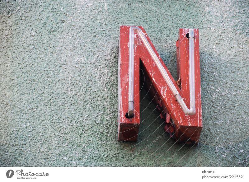 N alt rot Wand Mauer Glas Fassade Schriftzeichen Zeichen leuchten hängen Putz Werbebranche gekrümmt abblättern Leuchtreklame verwittert