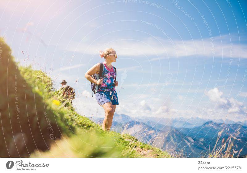 Junge Frau beim Aufstieg Natur Jugendliche Sommer blau Landschaft Erholung Berge u. Gebirge Erwachsene Wiese Freiheit rosa Zufriedenheit Freizeit & Hobby