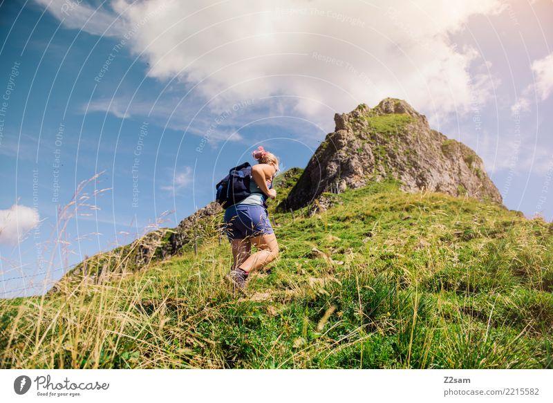 Aufwärts Ferien & Urlaub & Reisen Ausflug Abenteuer Freiheit Berge u. Gebirge wandern Junge Frau Jugendliche 18-30 Jahre Erwachsene Natur Landschaft Himmel