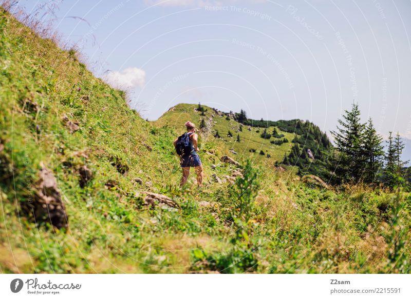Aufstieg auf die Rotwand in Oberbayern wandern Junge Frau Jugendliche 18-30 Jahre Erwachsene Landschaft Schönes Wetter Wiese Alpen Berge u. Gebirge Rucksack