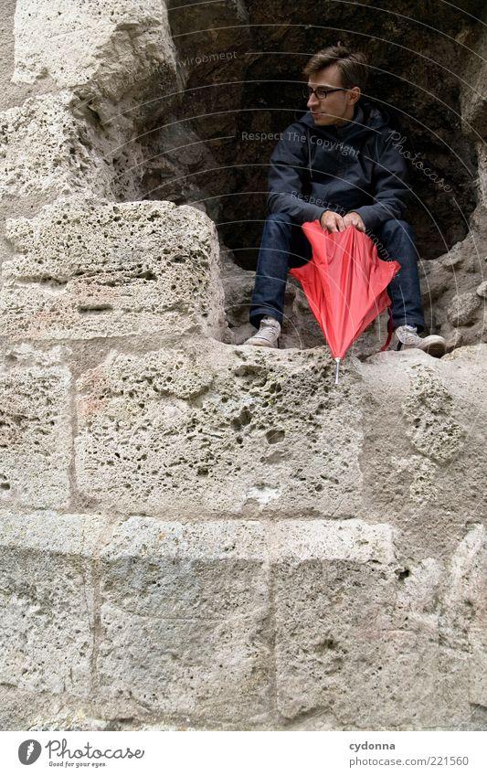 Wann kommt die Sonne raus? Mensch Jugendliche rot ruhig Erwachsene Leben Wand Mauer träumen Regen Wetter Zeit sitzen warten Felsen Ausflug