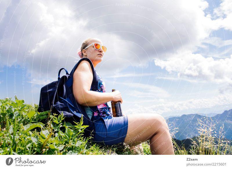 erstmal a hoibe Bier Natur Ferien & Urlaub & Reisen Jugendliche Junge Frau Sommer Landschaft Erholung Einsamkeit ruhig Berge u. Gebirge 18-30 Jahre Erwachsene