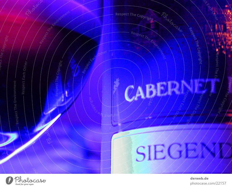 Rotwein im Neon-Schein Ernährung Wassertropfen edel Neonlicht Neonlampe