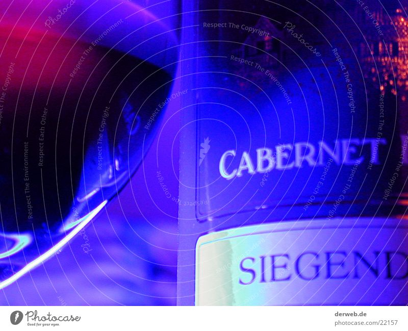 Rotwein im Neon-Schein Neonlicht Neonlampe edel Ernährung red wine blue shine neon lamp ambiance roter Wein Wassertropfen