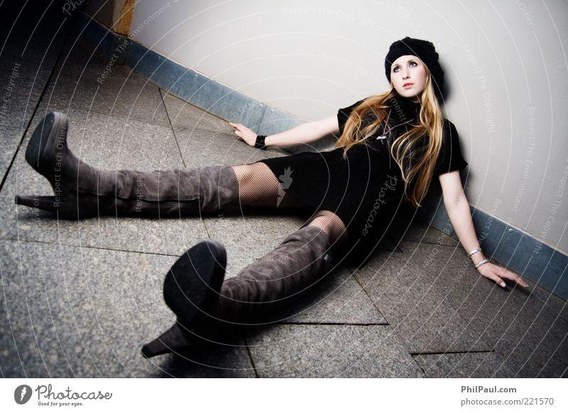 Ausgespielt II Mensch Jugendliche schön ruhig Erwachsene feminin Wand Stil Stein Beine Mode Kunst blond sitzen liegen Boden